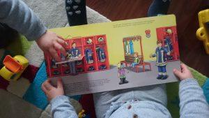 Zwillinge Alf und Ulf lesen das Buch, Heute gehen wir zur Feuerwehr
