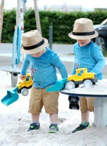 Spielen im Sandkasten mit dem Playmobil Bagger