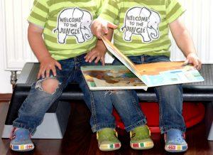 Die Zwillinge Alf und Ulf lesen das Buch Klopf! Klopf! Klopf! Wem gehört dieser Honigtopf.