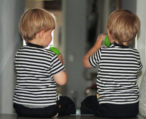 Die Zwillinge Alf und Ulf trinken aus der schadstofffreien Trinkflasche von ISYbe