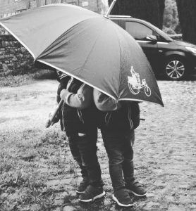 Zwillinge Alf und Ulf unterm Regenschirm