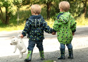 Zwillinge ALf und Ulf gehen Hand in Hand spazieren. Natürlich muss Teddy mit.
