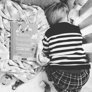 Ulf kuschelt und träumt in seinem Bett. Er ist beim Lesen von Lesen,Kuscheln,Träumen aus dem Arsverlag einsgeschlafen