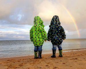 Steenodde, bei Hochwasser eine super schöne Strandgegend für kleinere Kinder. Hier kann man mit wenigen Schritten das Meer erreichen und Steine hineinwerfen. Außerdem Muscheln sammeln, baggern und an der Promenade spazieren gehen.