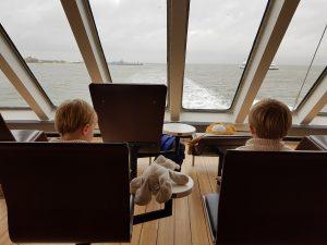 Die Zwillinge Alf und Ulf auf der Fähre nach Amrum.