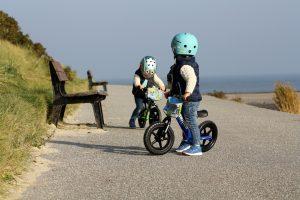 Die Zwillinge Alf und Ulf fahren Strider Bike mit ihren Nutcase Helmen.