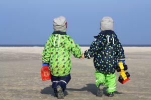 Zwillinge Alf und Ulf gehen mit ihren Baggern ans Meer