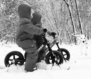 Die Zwillinge Alf und Ulf fahren im Schnee mit Ihren Strider Bikes
