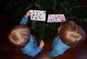 Die Zwillinge Alf und Ulf legen ihren Wunschzettel in den Weihnachtsbaum, damit das Christkind diesen abholt.