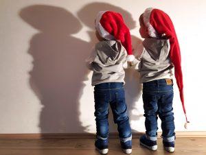 Alf und Ulf als kleine Nikoläuse. Die Beiden beobachten ihren Schatten und wünschen allen einen schönen Nikolaustag.