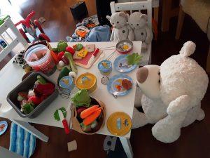 Die Zwillinge Alf und Ulf kochen für Ihre Teddys