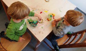 Die Zwillinge Alf und Ulf basteln ein Schatzglas mit Transparentpapier und selbstgemachten Kinderkleber.