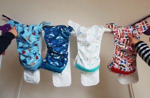 Die Zwillinge Alf und Ulf  am Wäscheständer. Hier hängen die Stoffwindeln von Bambino mio.