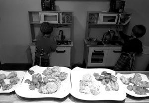 Die Zwillinge Alf und Ulf kochen in ihrer Kinderküche. Im Vordergrund stehen unsere fertigen Chicken-Nuggets