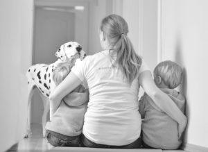 Das sind WIR, Mama Anja mit den Zwillingen Alf und Ulf im Arm und unsere Dalmatinerhündin Emma. Lieben Dank an Sabine Schneider für das tolle Foto.