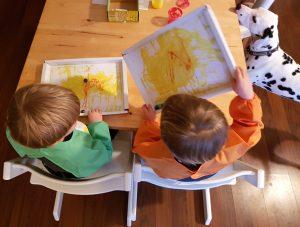 Die Zwillinge Alf und Ulf malen ein Murmelbild und natürlich möchte unsere Dalmatinerhündin Emma mitmachen.