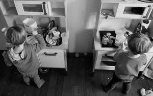 Alf und Ulf kochen mit viel Freude an ihrer Kinderküche.