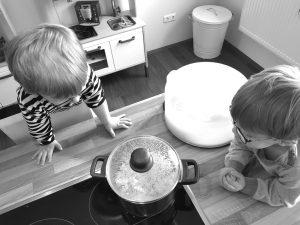 Die Zwillinge Alf und Ulf beobachten das Popcorn ploppen.