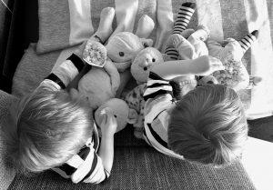 Die Zwillinge Alf und Ulf füttern ihre Bären mit Popcorn.