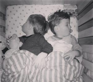 Alf und Ulf kuscheln in einem Bett. Gemeinsam schläft es sich einfach am Besten.