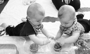 Alf und Ulf erkunden eine Luftmatratze mit Spielsachen