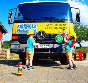 Die Zwillinge Alf und Ulf spielen Feuerwehrmann und löschen den LKW