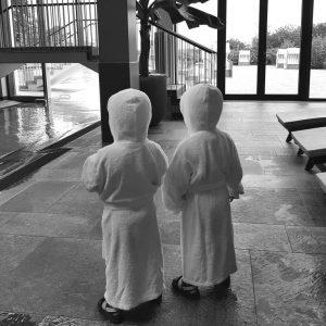 Alf und Ulf bestaunen den Pool vom Arosa Hotel