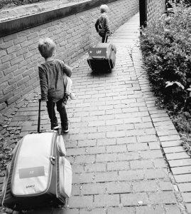 Alf und Ulf ziehen ihre Koffer ins Hotel