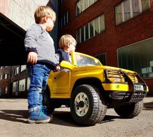 Alf und Ulf mit ihrem gelben Auto