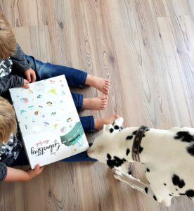 Alf und Ulf packen ihr neues Kinderbuch aus und Emma möchte mit machen